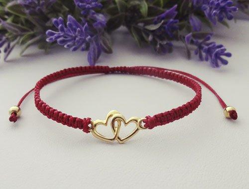 czerwona bransoletka makramowa z dwoma złotymi serduszkami