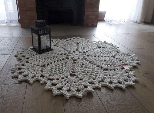 biały okrągły dywanik robiony ręcznie
