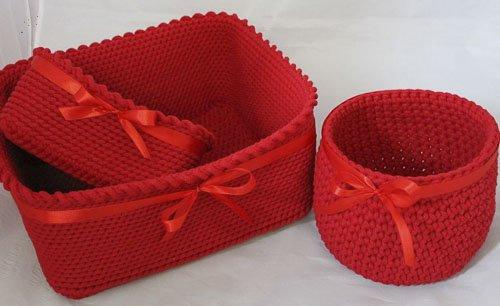 zestaw trzech czerwonych koszyków