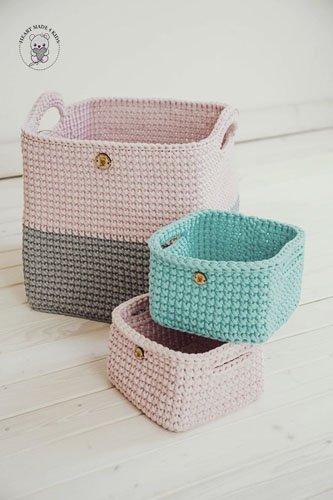 zestaw trzech koszyków w kolorach różowym, szarym i błękitnym
