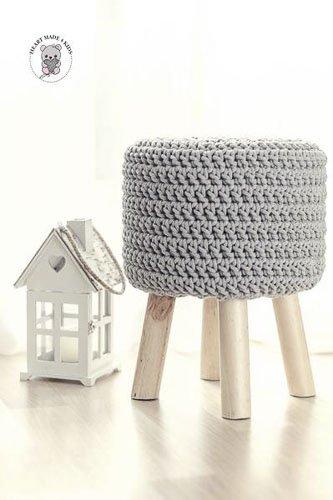 pufa na drewnianych nogach z siedziskiem wykonanym ze sznurka