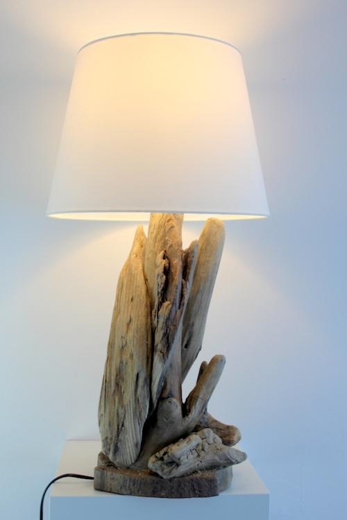 Lampa z drewna z morza