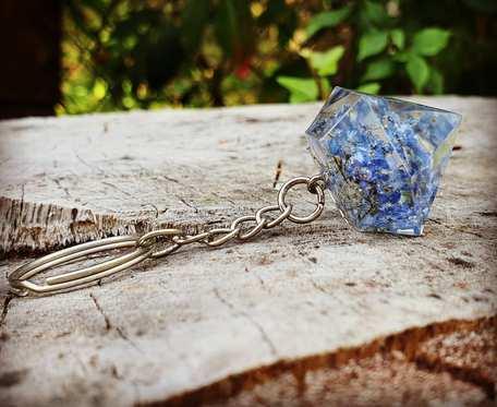 Breloczek w kształcie kryształka z niezapominajkami
