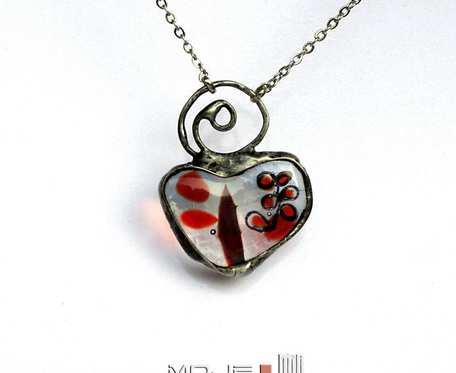 Serce z zagadkową czerwienią - wisiorek