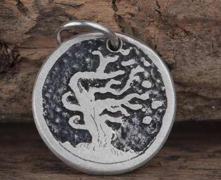 Charms z drzewem