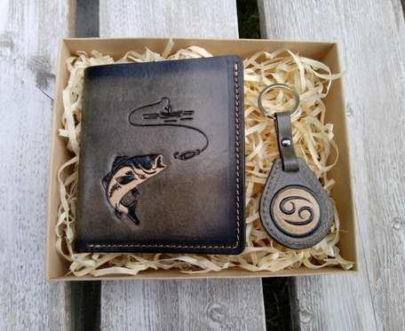 Kompaktowy portfel męski z breloczkiem, tłoczony