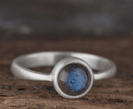Prosty srebrny pierścionek z labradorytem