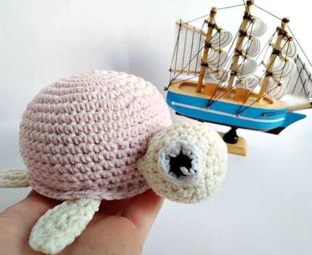 Żółwik z pastelowo różową skorupką