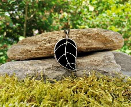 Szklana zawieszka liść (czarna)