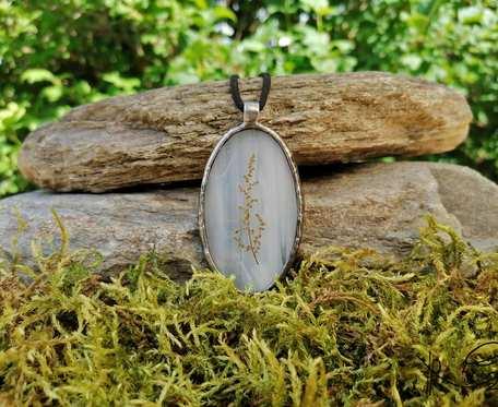 Szklany medalion z kwiatostanem szczawiu (biel)