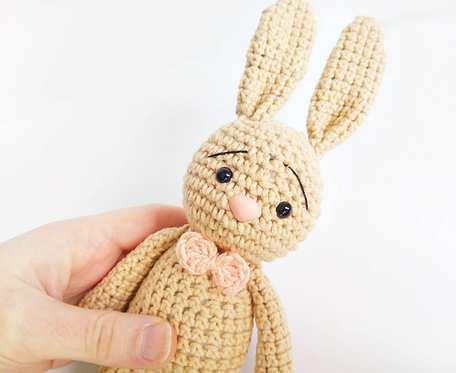 Beżowy króliczek Tadeusz