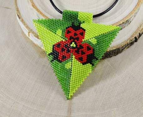 Biedronka na zielonej łące