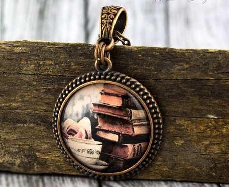 Książki - szklany medalion
