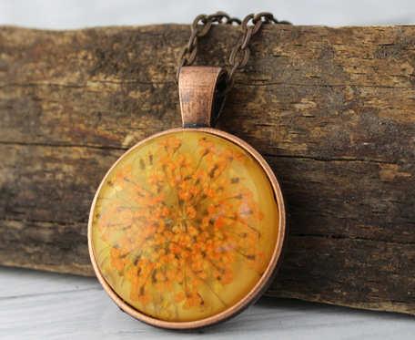 Medalion z prawdziwym kwiatem w miedzi