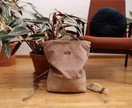 Jasnobrązowy plecak z suwakiem