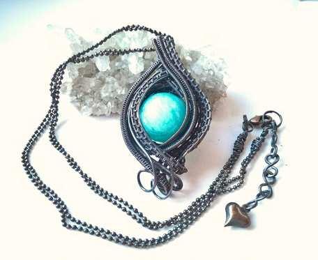 Naszyjnik miedziany z dużą kulą niebieskiego jadeitu i łańcuszkiem kulkowym