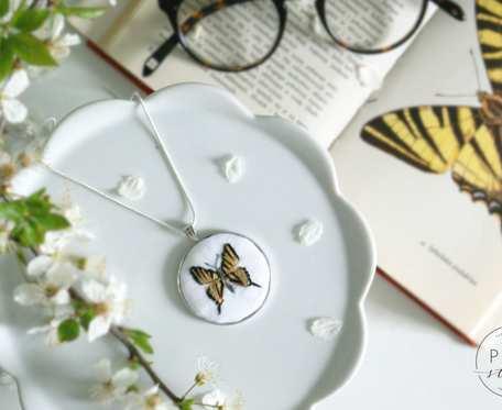 Ręcznie haftowany naszyjnik z motylem