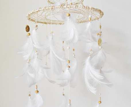 Łapacz snów z gęsimi piórkami i masą perłową w formie karuzeli