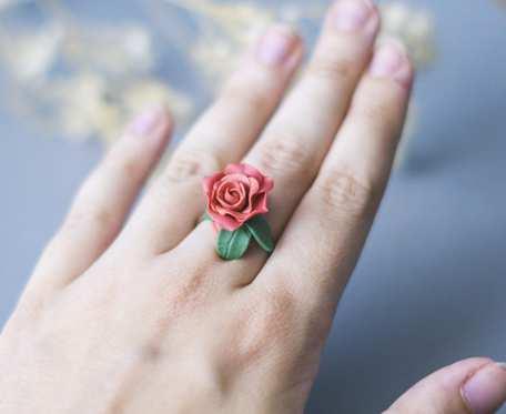 Ceglana róża pierścionek