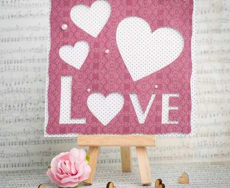 Kartka walentynkowa z sercami i napisem Love
