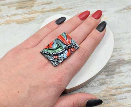 Duży, kolorowy pierścionek ważka - czerwony. Regulowany.