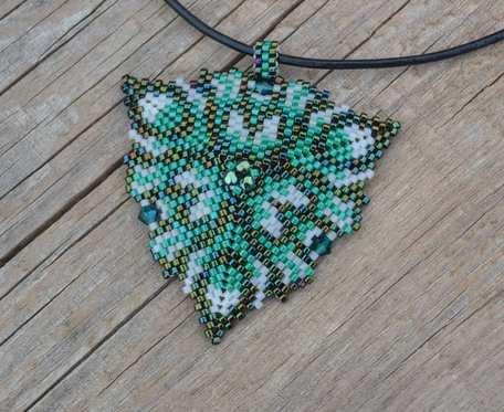 Zielony wisior z kryształkami