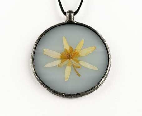 Szklany medalion z kwiatem ziarnopłonu (biały)