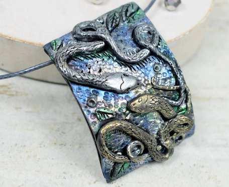 Oryginalna zawieszka z motywem węży