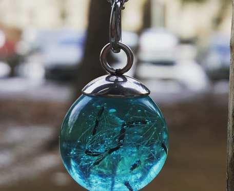 Wisiorek z żywicy - błękitna kulka z dmuchawcem