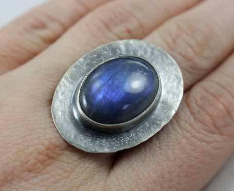 Niebieski labradoryt w fakturowanym srebrze - pierścionek