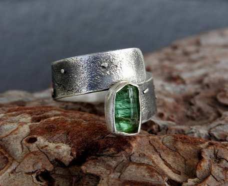 Pierścionek srebrny z surowym, zielonym turmalinem