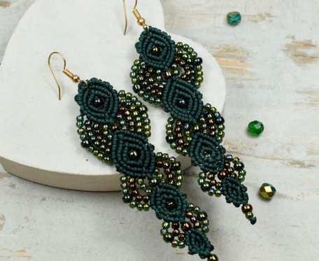 Długie, eleganckie kolczyki z koralików w odcieniach butelkowej zieleni