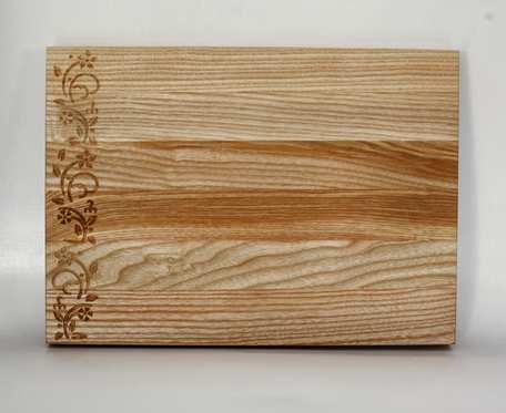 Drewniana deska do serwowania/krojenia z ozdobnym frezowaniem.