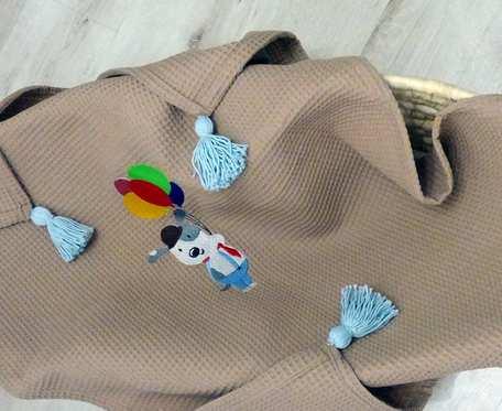 Wafelkowy kocyk z haftem i chwostami