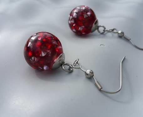 Kolczyki z czerwonymi diamencikami akrylowymi