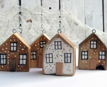 Zawieszki, bombki - 4 naturalne drewniane domki