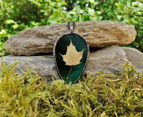 Szklany medalion elipsa z liściem klonu (zielony)