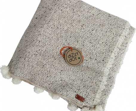 Ciepły, kremowy, wełniany pled w stylu skandynawskim z pomponami