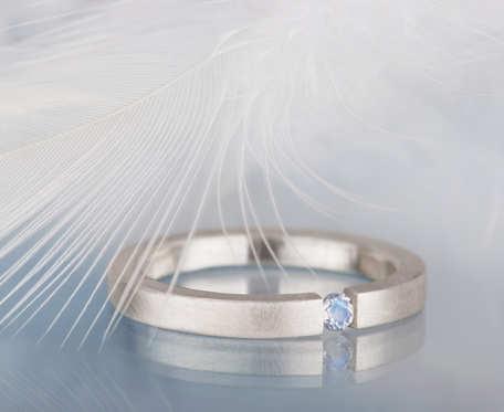 Delikatny srebrny pierścionek z kamieniem księżycowym