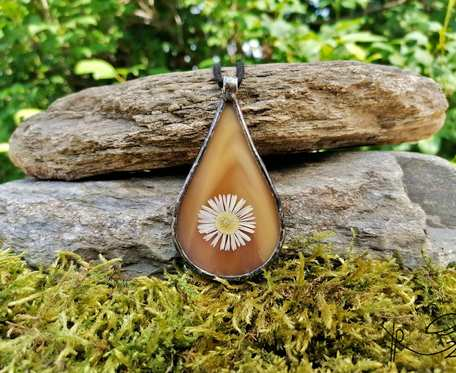 Szklany medalion kropla z kwiatem stokrotki (brąz)