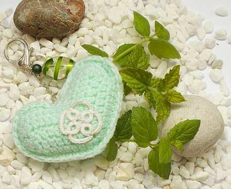 Breloczek Love with Mint z szydełkowanym serduszkiem i frywolitkowym kwiatkiem