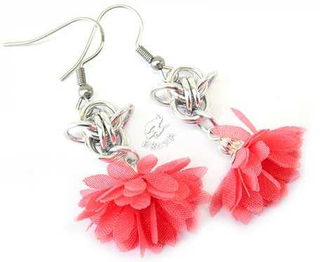 Różowe kolczyki chainmaille z kwiatkami