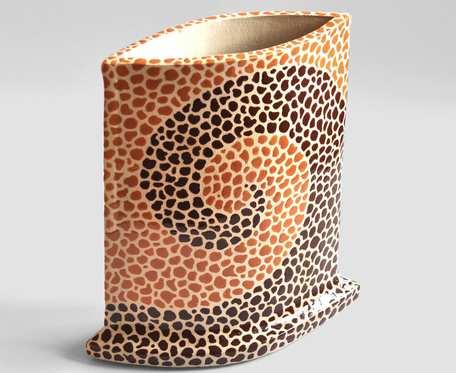 Płaski wazon ze spiralnym wzorem