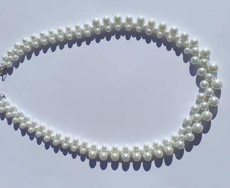 Korale z białych perełek