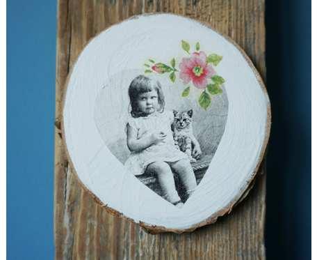 Obrazek dziewczynka z kotem w technice decoupage, na drewnianym plastrze