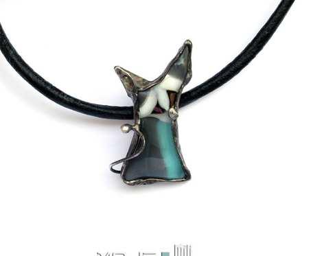 Kot nasłuchujący II - wisior