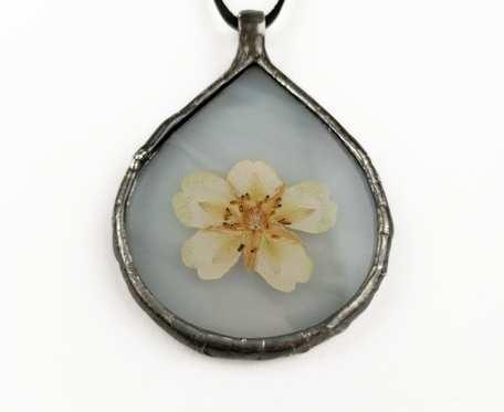 Szklany medalion kropla z kwiatem jaskra (biały)