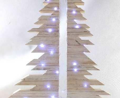 Drewniana  biała choinka 50 LED