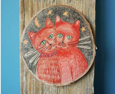 Obrazek z kotami rysowany kredkami na drewnie