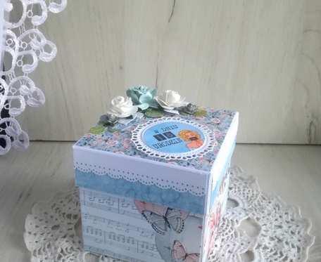 Exploding box 18 urodziny niebieski, kwiaty